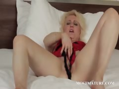 blonde-mature-spreads-wide-her-pussy