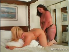 Lesbo Bbw Hottie Gets Ass Toyed In Close-up